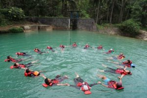 formasi melingkar body rafting Citumang Green Valley